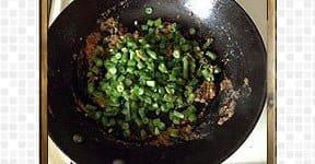 adding green beans for Beans mezhukkupuratti
