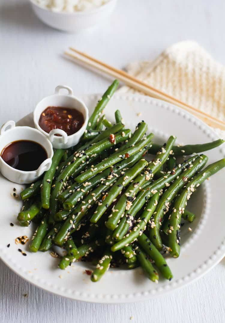 Chinese green beans made with soy sauce, rice vinegar, chili paste and sesame seeds. Looks gorgeously with sprinkled sesame seeds. | pepperbowl.com