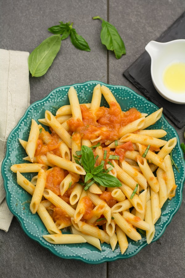 Penne pomodoro pasta recipe, skinny, vegan, easy comfort food for  weeknight dinners. Made with fresh tomatoes, basil and olive oil.